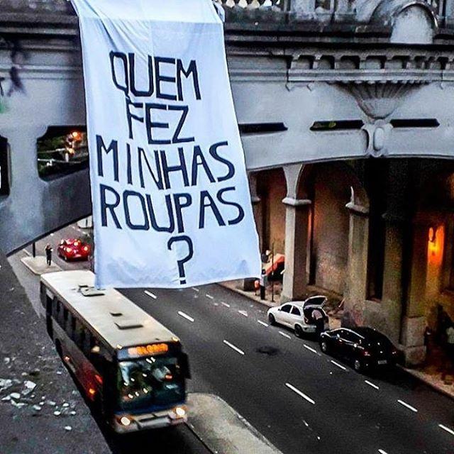 Ação do @fash_rev_brasil em Porto Alegre  Foto: @midianinja  #quemfezminhasroupas #fashionrevolution