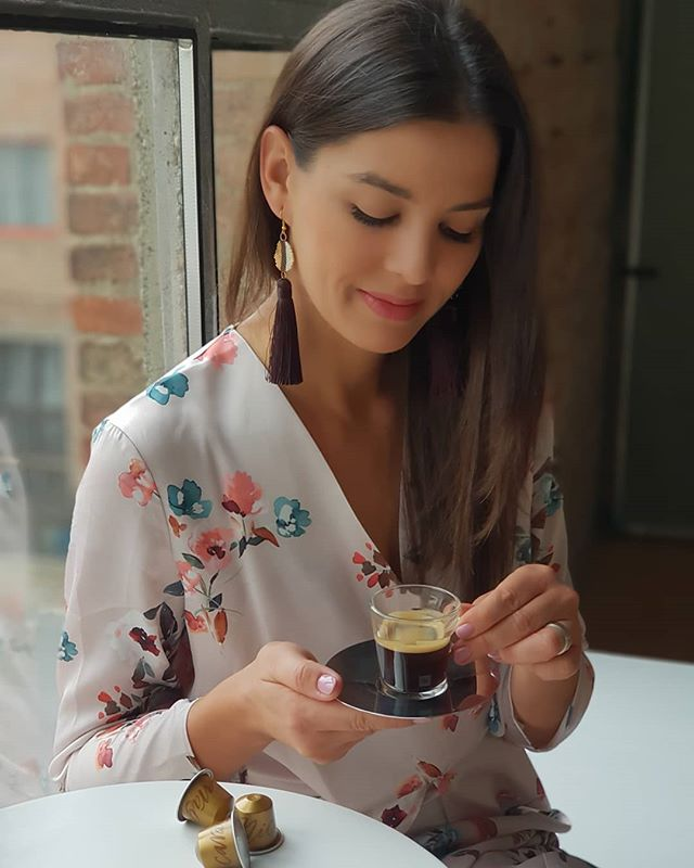 Mai Nespresso pillanatom - 5 perc szünet a stúdióban, vágás közben👌🤚☕✂️😉És jelentem, az is eldőlt, melyik a kedvenc Master Origin kávém: a Nicaragua, mert édes és harmonikus😊#vanmégkérdés?😉#nespresso #reklám #nespressopillanat #coffee #masterorigin #csakazenyém #szerelembenvagyok #nórivagyok