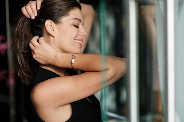 Vegyek fel fülbevalót vagy ne vegyek? Kérdeztem a férjemet, de ahelyett, h válaszolt volna, inkább lefotózott.❤ Karkötő: @theofficialpandora - az új Pandora Reflections kollekcióból 💫👌 A te stílusod mit tükröz?  @theofficialpandora #PANDORAReflexions #reklám #nagykövetvagyok #nórivagyok