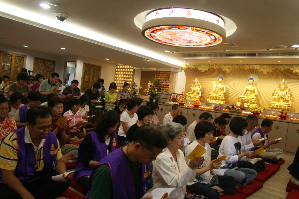 吉祥智勝林佛學會成立法會 大眾誦經祈福 Followers intoned sutras for blessings at the Dharma assembly for the founding of Palriling Hsinchu Institute of Buddhist Studies.