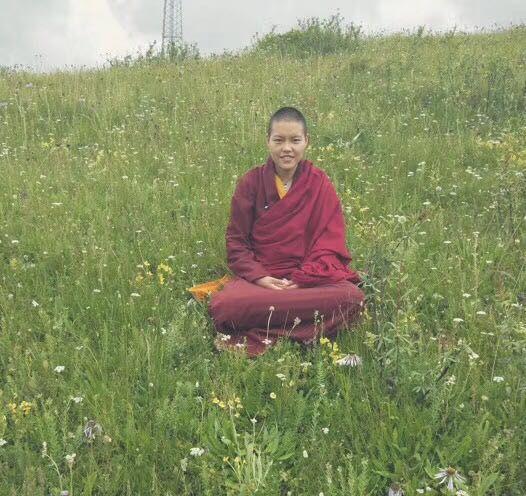 西藏慈智學校畢業的 一位傑出學生-名叫塔謝優吉, 中學畢業後,就讀青海職業學校,現在到了 五明佛學院出家 她於2015年獲頒{最傑出學僧獎} 更連續二年獲得第一名的優越成績