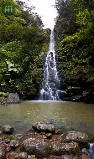 1-Massive-waterfall-at-the-end-of-the-4-mile-hike-570x966.png