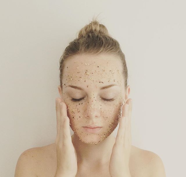 DIY Exfoliating Oatmeal, Green Tea & Honey Face Mask 🙏🏻 This simple 3 ingredient face mask is gorgeous! Oatmeal  gently exfoliates the skin and has anti-inflammatory properties. Green Tea helps to reduce puffiness and dark circles, whilst warding off the signs of ageing and improving the complexion. 🍯 Honey is moisturising and antibacterial and helps to keep acne at bay! Dampen the skin with warm water before applying for an easier application! #jasminesbeautykitchen #diybeautyproducts #diybeautytips #diy #diyfacemask #naturalbeauty #homemadefacemask #exfoliatingfacemask #oatmeal #greenteabenefits #honey