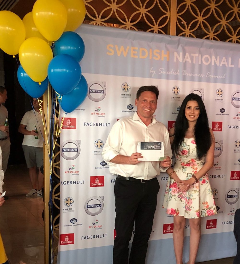 Thomas Andersson was the winner of the weekend test drive. Here together with Mahsan Ganjyar, Volvo brand manager.