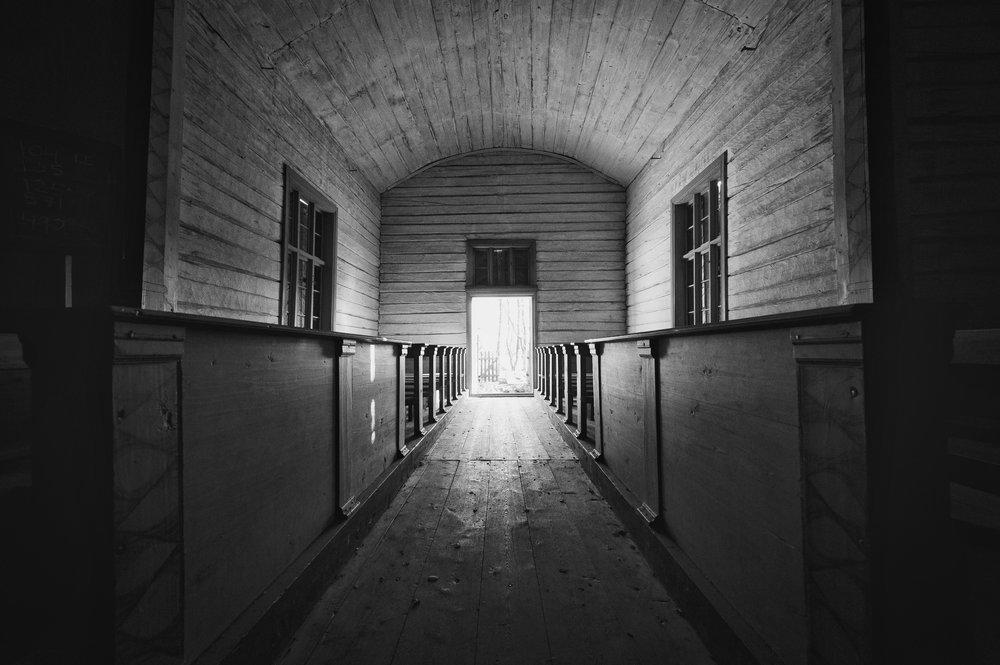 Voisiko todellisuudessa olla niin, että tie pimeydestä valoon tapahtuu koettelemusten kautta,eikä niiden väistelemisestä?