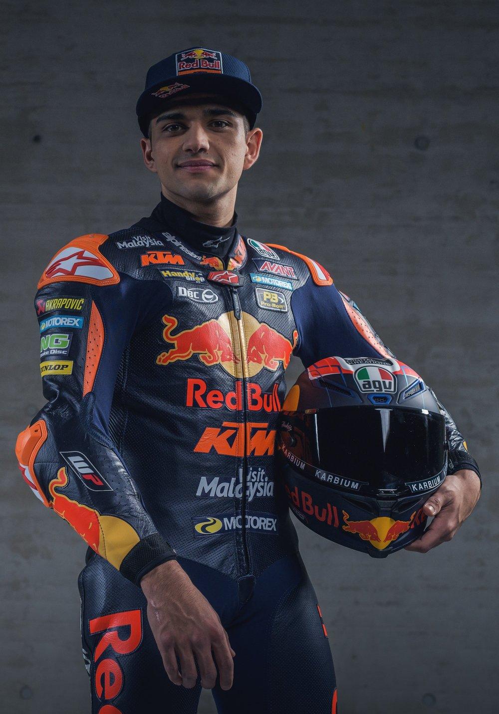 """Biografía - Jorge Martín debutaba en la Red Bull MotoGP Rookies Cup durante la temporada 2012, tras unos inicios plagados de éxitos en las categorías inferiores. Al año siguiente finalizaba subcampeón de la copa de promoción internacional por detrás de Karel Hanika.En 2014 se proclamaba campeón a final de temporada de la prestigiosa competición, convirtiéndose al mismo tiempo en el primer español en lograrlo.Estos brillantes resultados le abren las puertas del Campeonato del Mundo de Moto3™ con el equipo Mapfre Mahindra Aspar, en el que milita durante dos temporadas. Durante la temporada 2016 lograba subir al podio por primera vez con la Mahindra, en el circuito de Brno (República Checa).En 2017 se une a las filas de Gresini Racing Moto3 al manillar de una Honda, una de las novedades más destacadas de la categoría. Con el equipo italiano ha conseguido 9 poles (record absoluto de la categoría), 9 podios, y su primera victoria mundialista, en el circuito Ricardo Tormo de Cheste.En la temporada 2018, su segunda temporada con el equipo, logra el ansiado título de Campeón del Mundo, con siete victorias y diez podios. Al mismo tiempo consigue batir el record de """"pole positions"""" en la categoría de Moto3 que él mismo ostentaba con 9,elevándolo hasta las once poles en una sola temporada.2019 supone el cambio de equipo y categoría, fichando por el equipo Red Bull KTM Ajo Motorsport para disputar la categoría de MOTO2."""