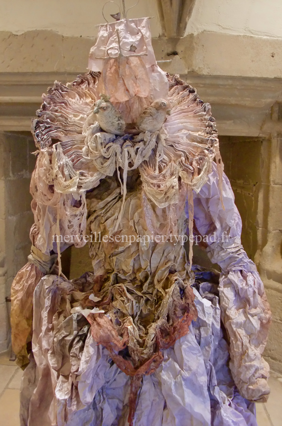 robe en papier chateau de tournon 2.jpg