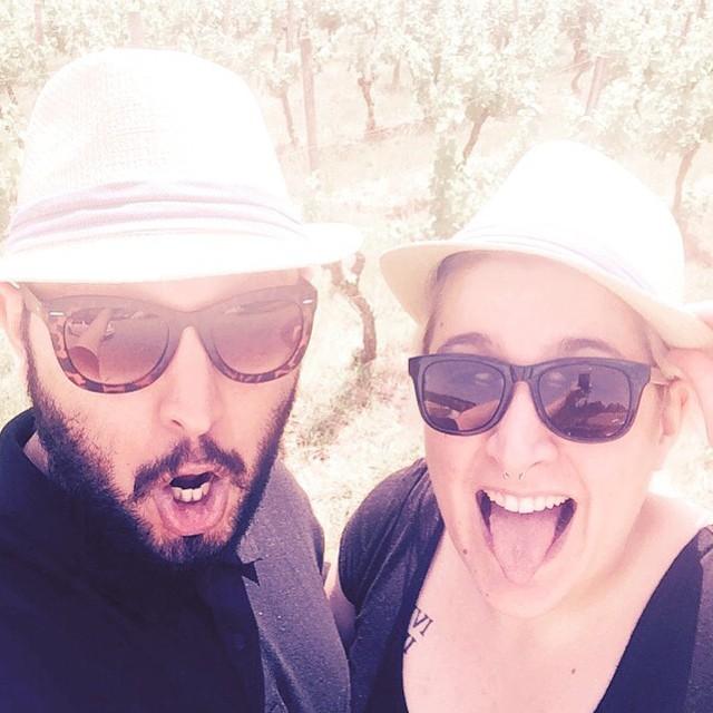 Nous partageons l'amour des lunettes et des chapeaux. A vineyard wedding!! But first, let us take a selfie.