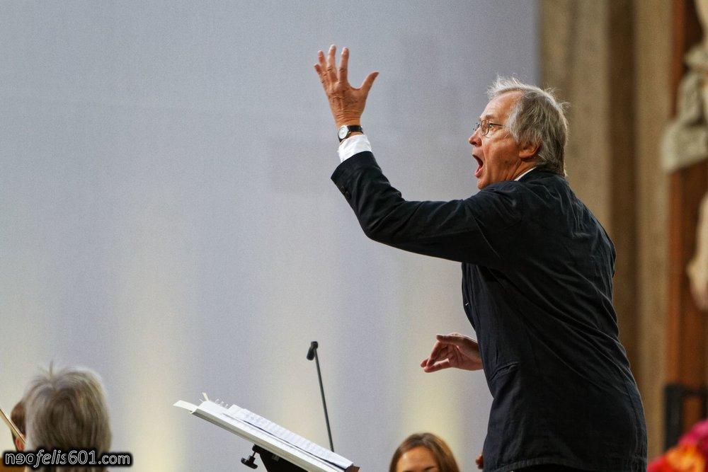 Markus Zwink beim Dirigieren des Passions Orchesters und Chors.