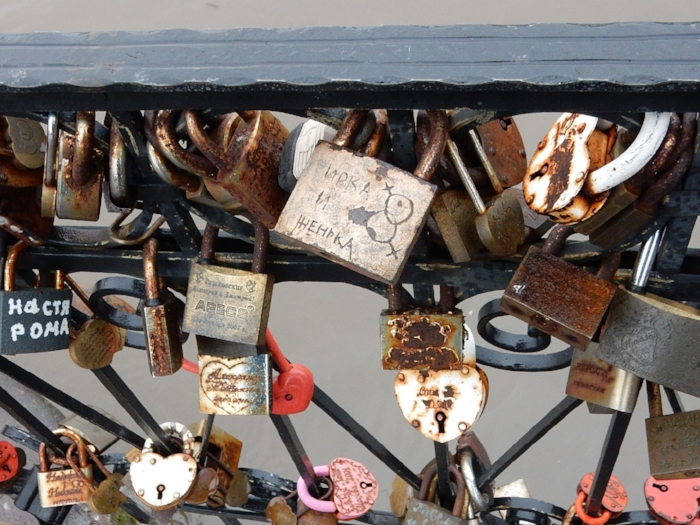 I happened to notice a declaration of queer love on the Honeymoon Bridge (Медовый мост).