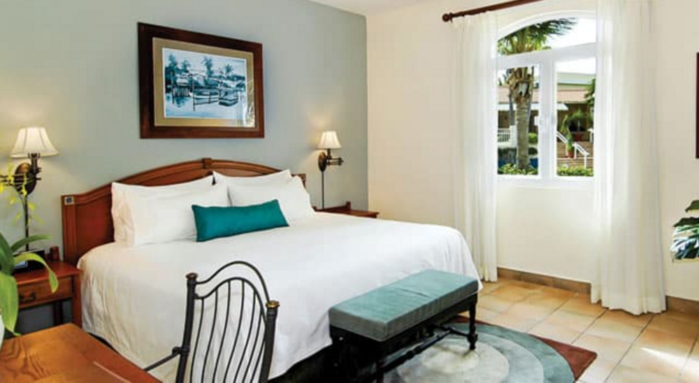 ONE BEDROOM CASITA - One-bedroom villas featuring a luxurious king-sized bed, separate living and dining area, fully equipped kitchen and 24-hour butler. A spacious private balcony offers views of the ocean or tropical gardens.