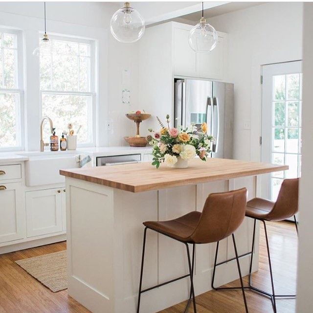 Serious kitchen inspo by none other than okie native @emilysuenetz || Do pretty kitchens make anyone else antsy to clean? 💃🌿 just me? That's fine ☺️👋🏻