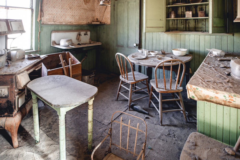 A well furnished kitchen. I wonder what the last meal eaten here was?
