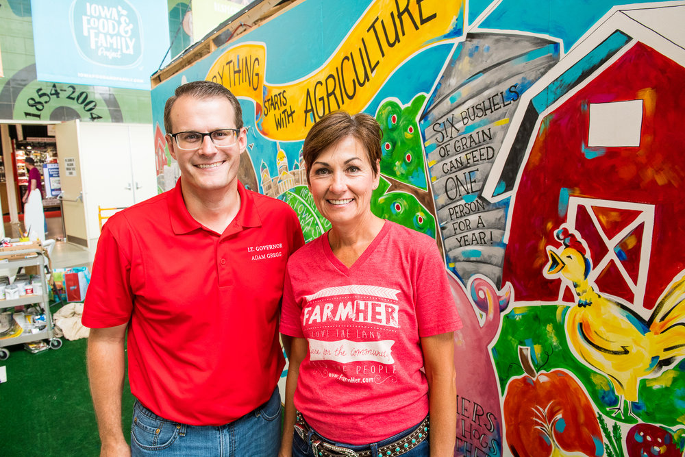 Governor Kim Reynolds and Lt. Governor Adam Gregg lend their artistic skills to help complete the 'Everything Starts with Agriculture' mural. Photo credit: Joseph L. Murphy/Iowa Soybean Association