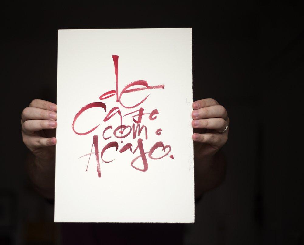 - O processo de criação destas caligrafias envolve testes de composições e encaixe entre as letras e as frases e, principalmente, descobrir o instrumento certo entre pincéis, pontas de feltro e penas.