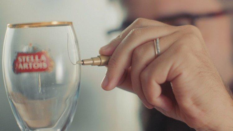 Stella-Artois - Uma baita campanha que envolveu o calígrafo, a mão, a letra, o cálice e os queridos da CP+B para colocar brindes-não-brindados de volta no rolê. Teve filme, live, out-of-home. Cheers!