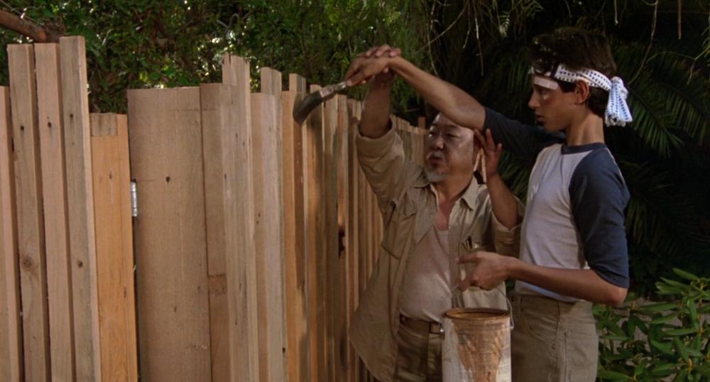 Pat Morita como o sábio Sr. Miyagi em Karate Kid (1984 - Columbia Pictures)