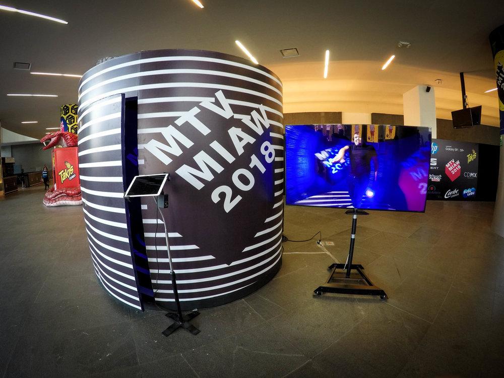 MTV | 360 Premios Miaw   Se armó un módulo cilíndrico en compañía de Imakinacion con el arte de la premiación...
