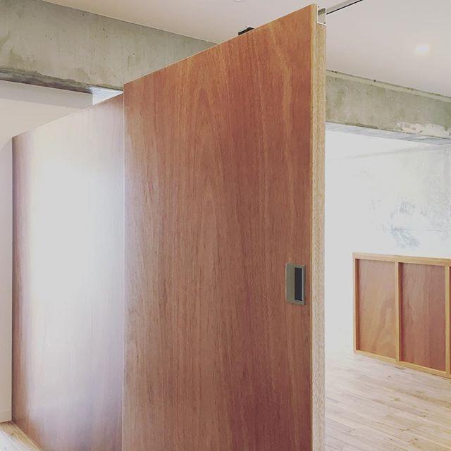 今回のリノベーションのポイントのひとつがこの写真の部屋を仕切る壁。目線を切る高さにする事で、閉塞感が無く広く感じられる工夫をしています。  #renovation #kochilife #kochi #kagamiriver #shareandgrow #sharegrow #高知市 #高知 #高知暮らし #リノベーション #シェアアンドグロー #高知ハウス #アンド #kochihouse #and #collaboration