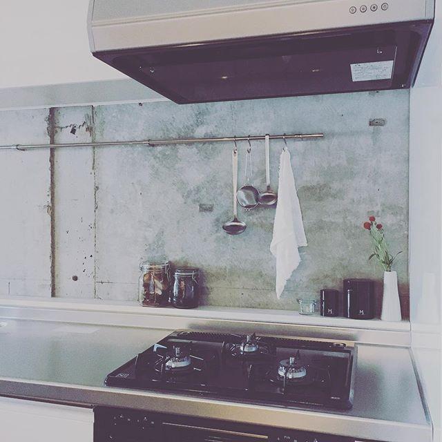 コンクリートの壁がいい味出しているキッチン。  本日は数組の方々をご案内させていただきました。また、カメラマンの方に入っていただき撮影も。  スタジオみたいに使えますね、とカメラマンやお料理好きな方に言っていただいたリビングの自由度はそれぞれの暮らし方の幅を広げてくれそうです。  #renovation #kochilife #kochi #kagamiriver #shareandgrow #sharegrow #高知市 #高知 #高知暮らし #リノベーション #シェアアンドグロー #高知ハウス #アンド #コンリート #スタジオ #キッチン #収納たっぷり #kochihouse #and #collaboration #kitchen #studio