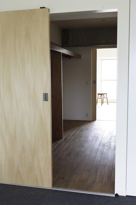 しっかり分ける - 玄関を入って感じるオープンなスペースの横にはウォークインクローゼットでお互いの距離を取りながらしっかりとプライバシーを守れる空間を2部屋つくりました。家族の場合は大人と子供部屋として、自宅と事務所を兼ねられるお部屋として、など使い方も広がります。