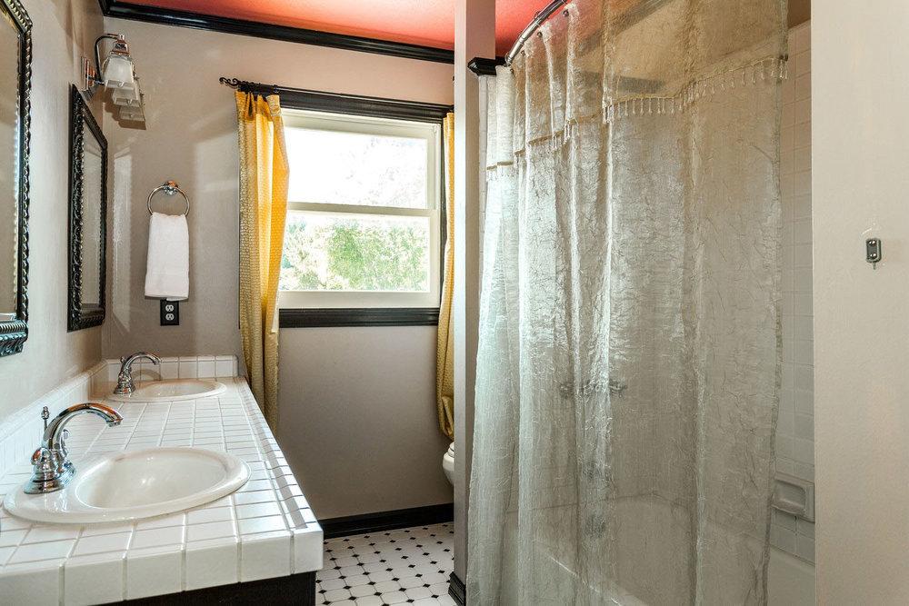 4 Bedroom House Attic + FP Swimming Pool 3-Car Garage on Westsid