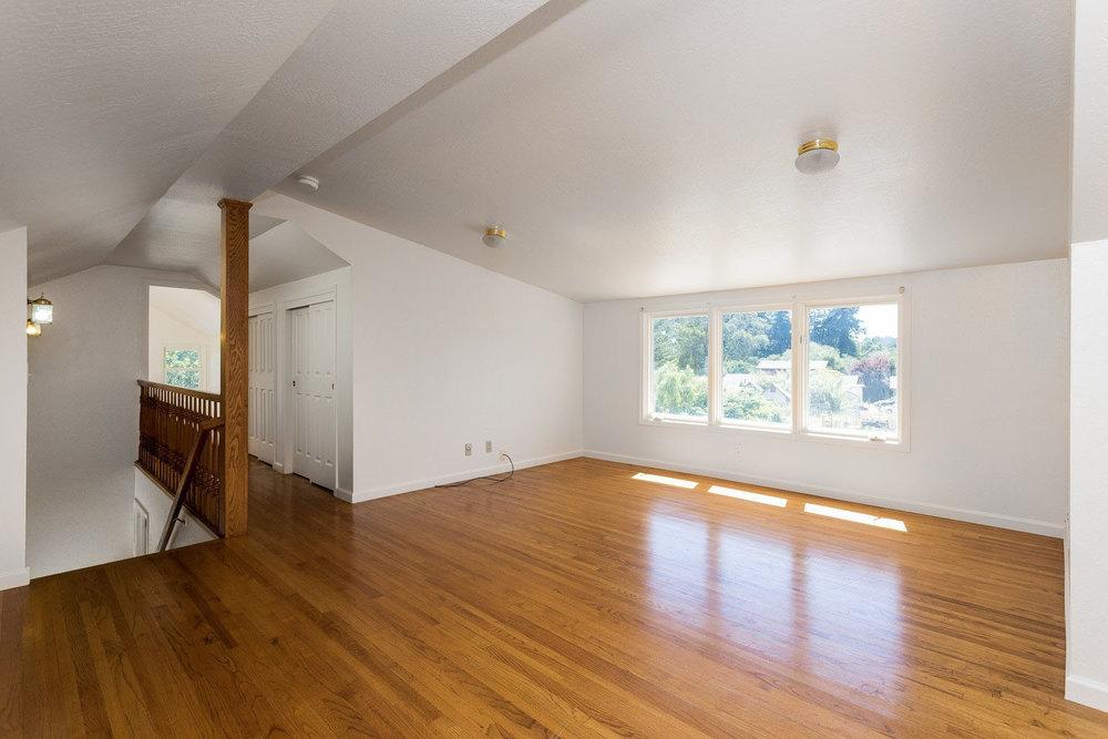 Large Property 4 Bedrooms & 5 Bathrooms Swimming Pool + Sauna.