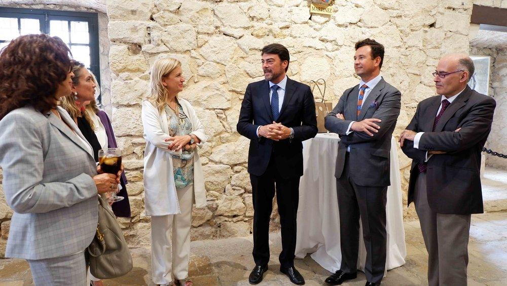 El alcalde de Alicante, Luis Barcala, en el centro, junto a María Parga, vicepresidenta de Alastria, y Vicente García Gil, presidente de FIFED y coordinador del ECO.