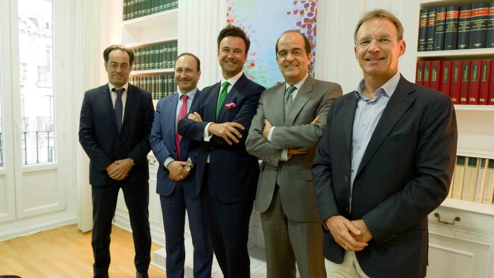 José Luis Piñar, el segundo por la derecha, junto al presidente de FIFED, Vicente J. García Gil, en el centro.
