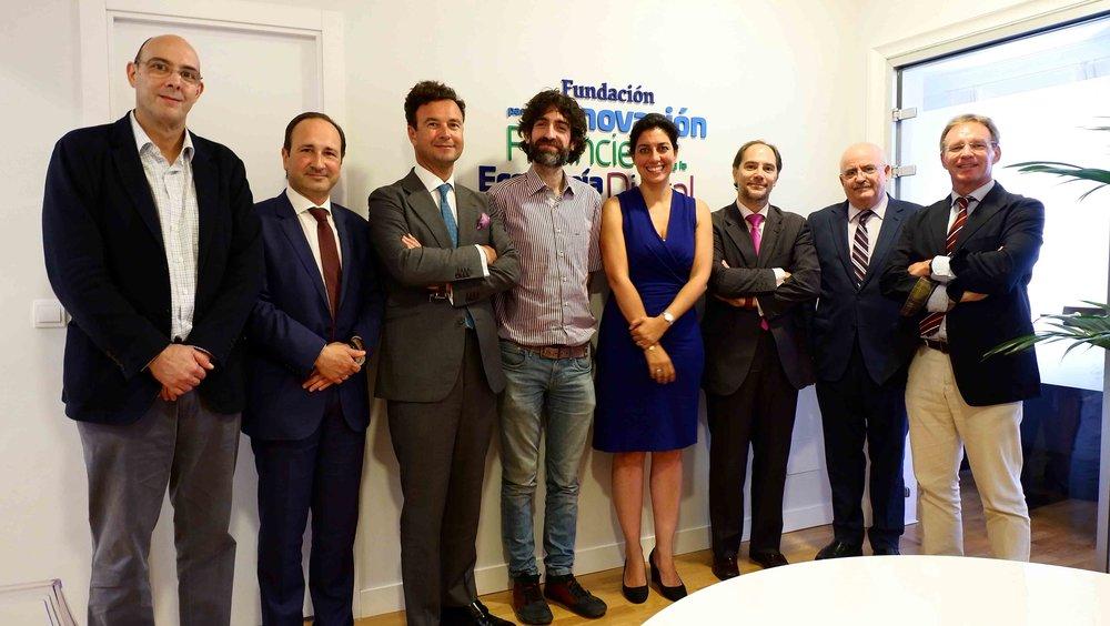 Samer Hassan, en el centro, junto al presidente de FIFED, Vicente García Gil, y la consejera Almudena de la Mata.
