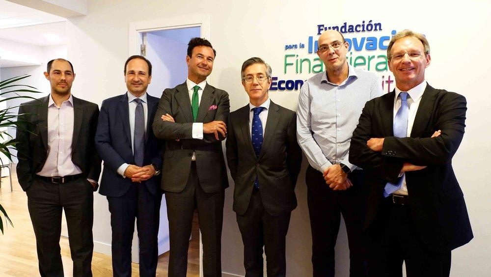 Manuel González-Meneses, en el centro, junto al presidente de FIFED, Vicente García Gil.