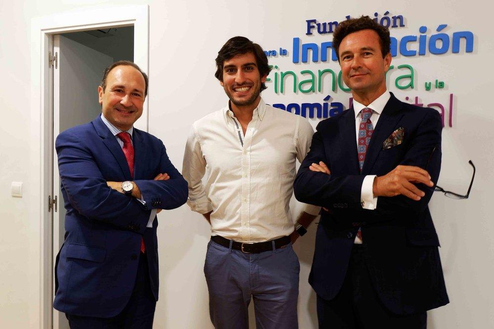 El invitado, en el centro, junto al presidente de FIFED, Vicente García Gil (dcha.), y el secretario, Juan Carlos Rodríguez Maseda.