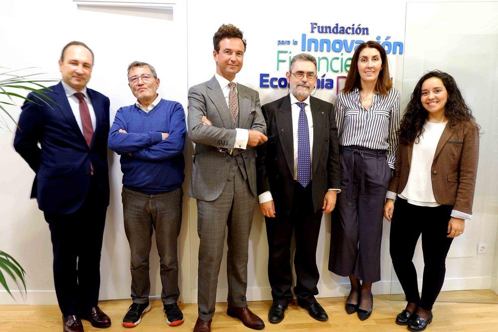 Pérez-Chirinos, situado el tercero por la derecha, después de la charla.