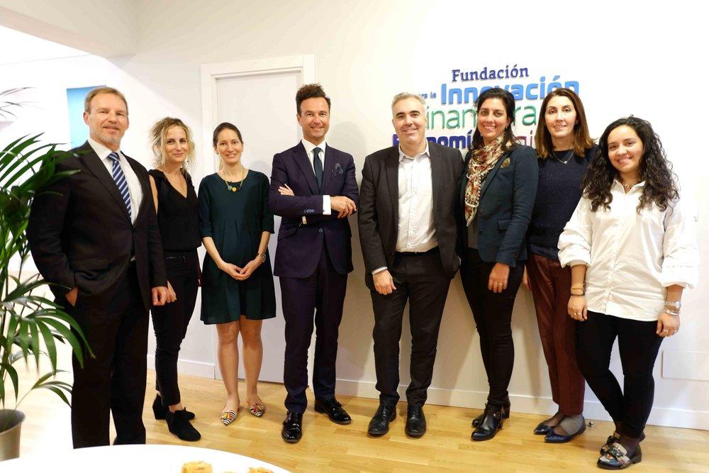 El invitado, en el centro, junto al presidente de FIFED, Vicente J. García Gil, y algunos consejeros y profesionales de la fundación.