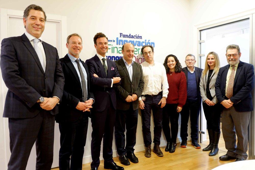El invitado, en el centro, junto al presidente de FIFED, Vicente J. García Gil (izq), y algunos consejeros de la fundación.