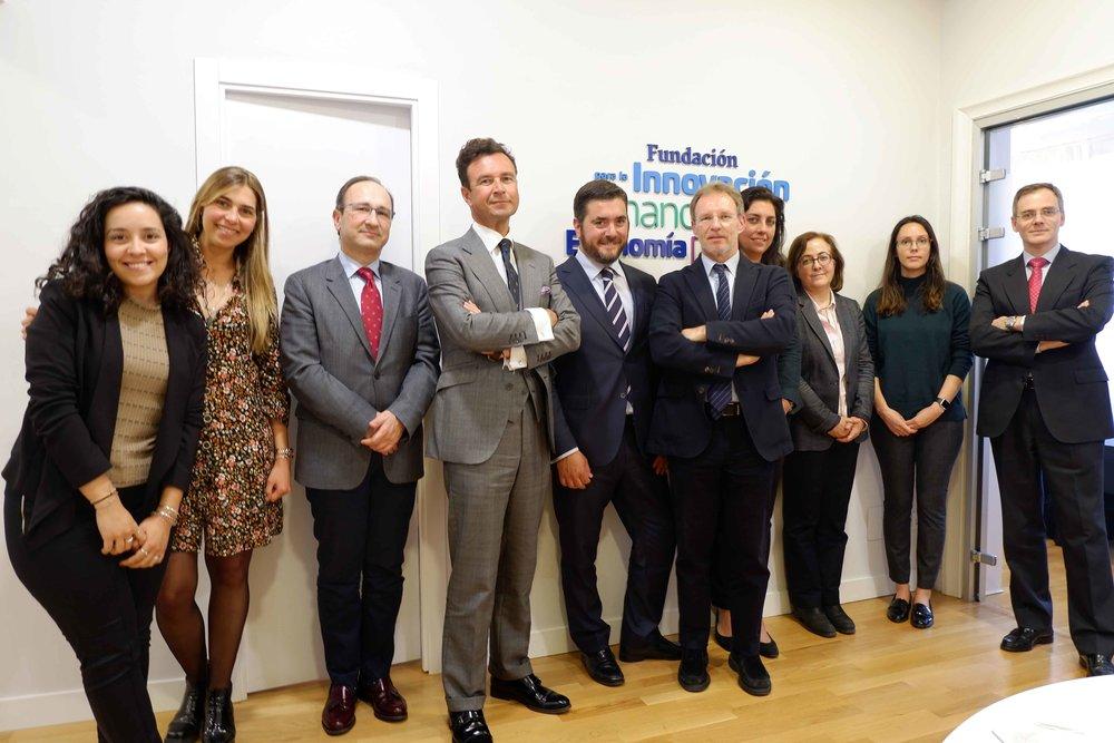 El invitado, en el centro, junto al presidente de FIFED, Vicente García Gil (izq.), y el vicepresidente, Ricardo Palomo (dcha.).
