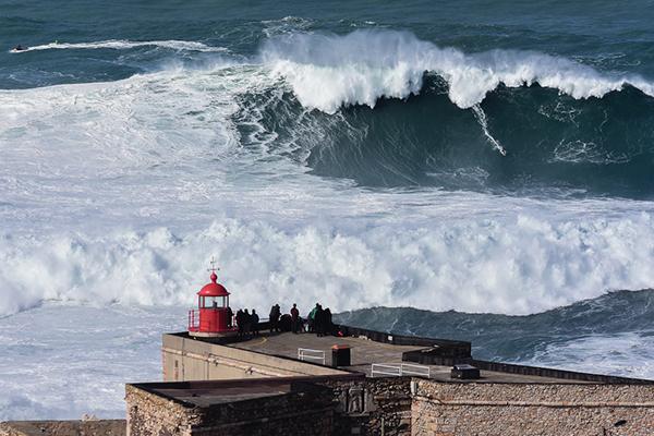 Onda na Praia do Norte, Nazaré. Onde está o surfista? Photo: Luis Ascenso. CC BY 2.0