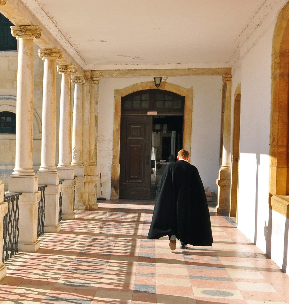Estudante da Universidade de Coimbra em traje académico.