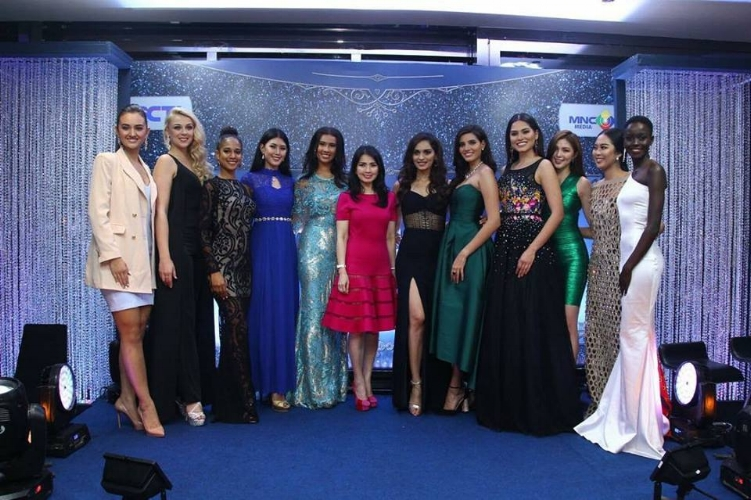 The Miss World delegation poses with Liliana Tanoesoedibj, the owner of Miss Indonesia