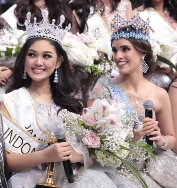 The new Miss Indonesia right next to Miss World, Vanessa Ponce de Leon of Mexico.
