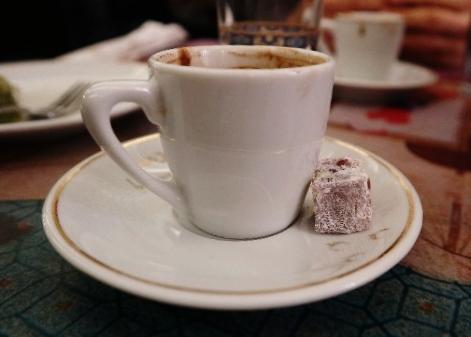 Kaffe serveras ibland med en liten Turkish Delight, denna med smak av rosvatten.