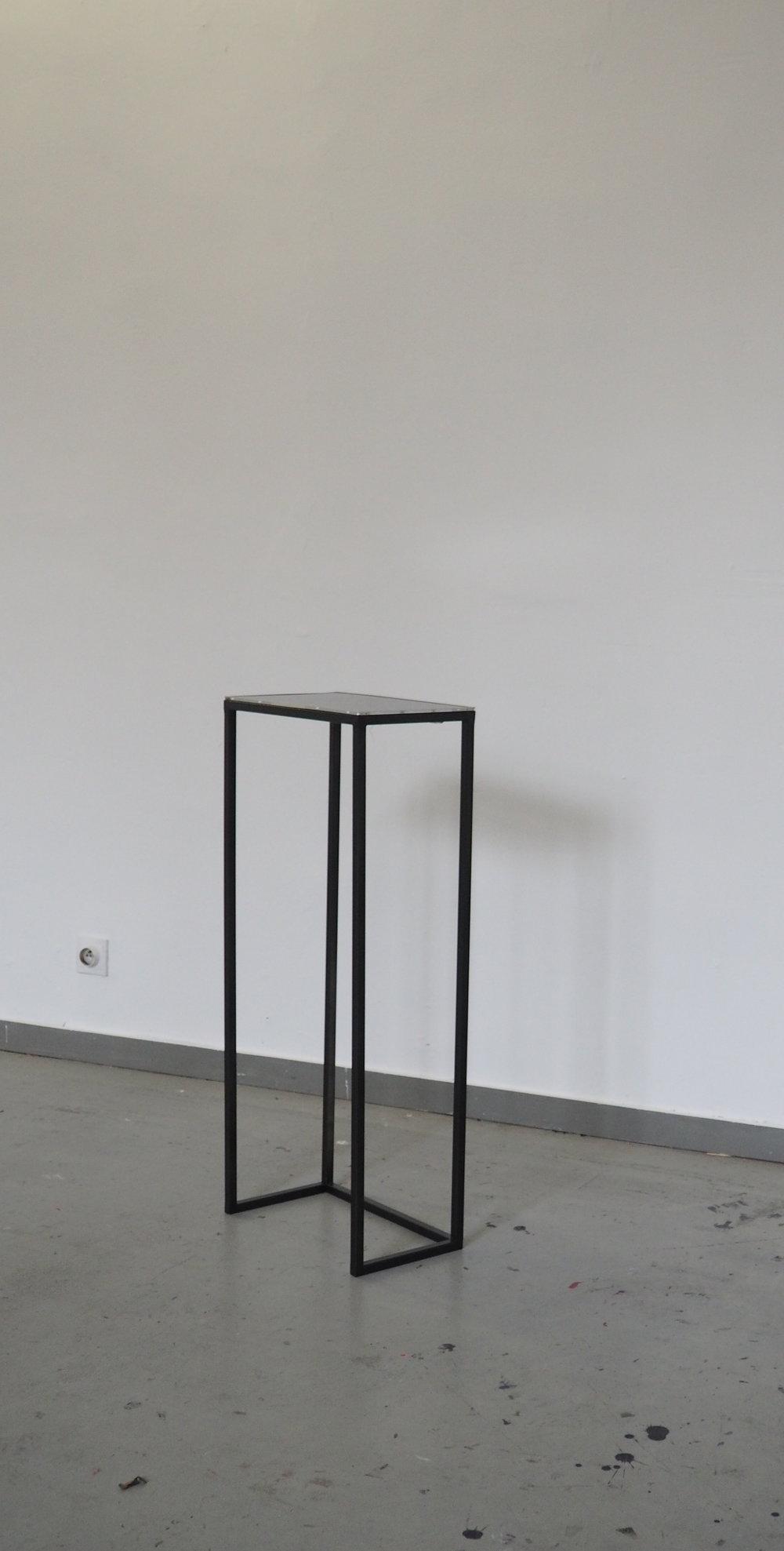 Socle acier et dalle LCD sur lequel est présenté la vidéo