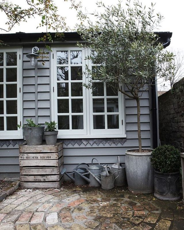 Shed inspiration as we are getting ready for building our workshop and office in the garden. Love the flashing under the window that's been done like bunting. 📷 Pinterest  #designdetails #shedspiration #interiordesign #homesweethome #office #designandbuild #greenroof #ecodesign