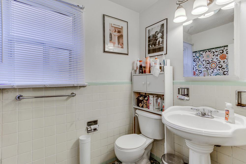 27_1stbathroom11.jpg