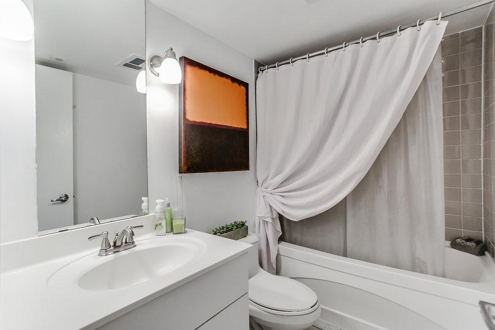 20_1stbathroom11.jpg