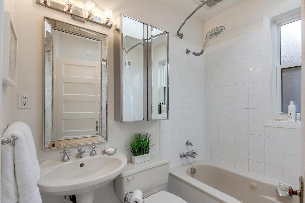 43_1stbathroom11.jpg