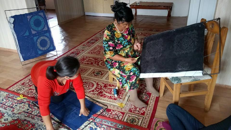 """Stickworkshop bei einer kasachischen Familie in der Mongolei...Die ältere Frau ist die beste Stickerin überhaupt und erinnert mich sehr stark an Umaj aus dem Buch """"Das weiße Land der Seele"""" von Olga Karidithi."""