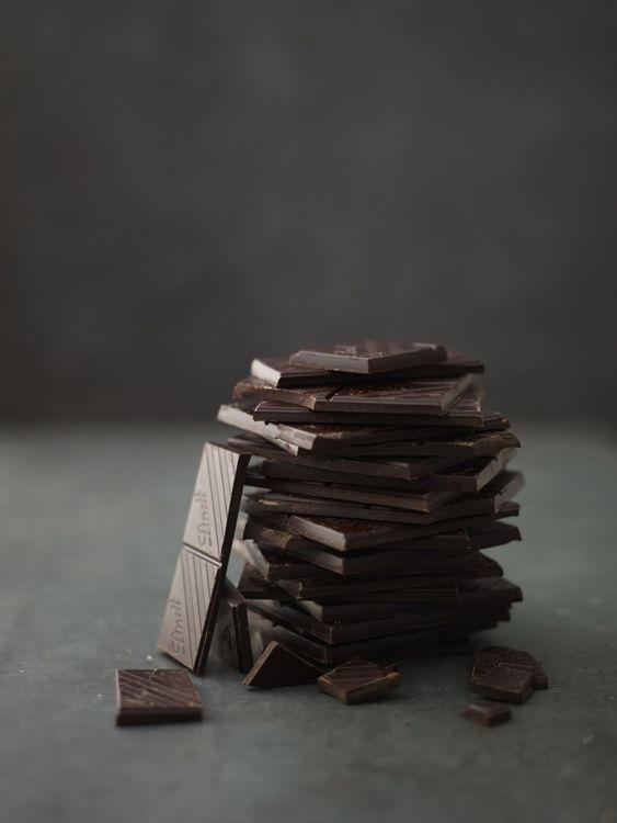 Alliant gourmandise et bienfaits, le chocolat noir bénéficie de propriétés toniques et anti-stress.  De sa richesse en magnésium, il agit comme cardio-protecteur et réduit le risque d'infarctus.  Sa concentration en fibres et en polyphénols permet non seulement de stimuler le transit mais également de renforcer sa muqueuse.  Antioxydants et antidépresseur, le chocolat noir est un aliment de choix, veillez simplement à modérer sa consommation et à privilégier du chocolat riche en cacao (min. 70%).
