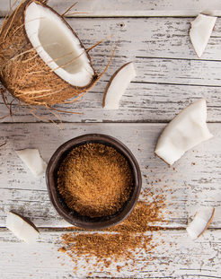 Le sucre de coco provient de la sève de la fleur de cocotier.  Sa contenance en vitamines et minéraux, notamment des polyphénols et du potassium,lui octroie l'avantage d'être un sucre nutritionnellement plus intéressant que le sucre blanc.  Le sucre de coco et le nectar de noix de coco contiennent une fibre connue sous le nom d'inuline.Cette fibre peut aider à ralentir l'absorption du glucose, elle offre une alternative pour les personnes souffrant de problèmes de diabète.