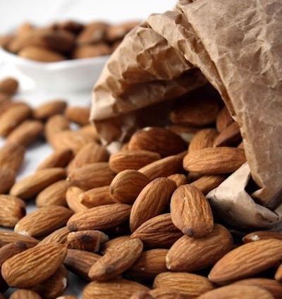 """Fruit à coque considéré comme un """"super-aliment"""", l'amande cache de nombreux atouts.  Riche en bonnes graisses, notamment en acides gras mono-insaturés, qui sont essentiels pour la bonne santé cardiovasculaire.  Excellente source de phytostérols, des substances naturelles qui aident à réduire le taux de cholestérol.  Ultra-riche en minéraux, en particulier en calcium, cuivre et magnésium. Mais également en potassium, fer, zinc, phosphore et manganèse.  Très bonne source en vitamines du groupe B et de vitamine E.  C'est une excellente source de fibre alimentaire permettant de réguler le transit.  Elle apporte une bonne quantité de protéines végétales et est également riche en antioxydants."""